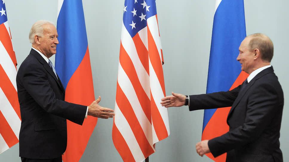 Джо Байден (слева) и Владимир путин в 2011 году