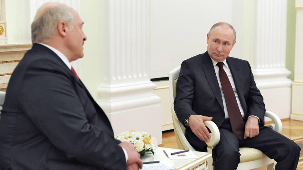Президент России Владимир Путин (справа) и президент Республики Беларусь Александр Лукашенко во время апрельского визита в Москву
