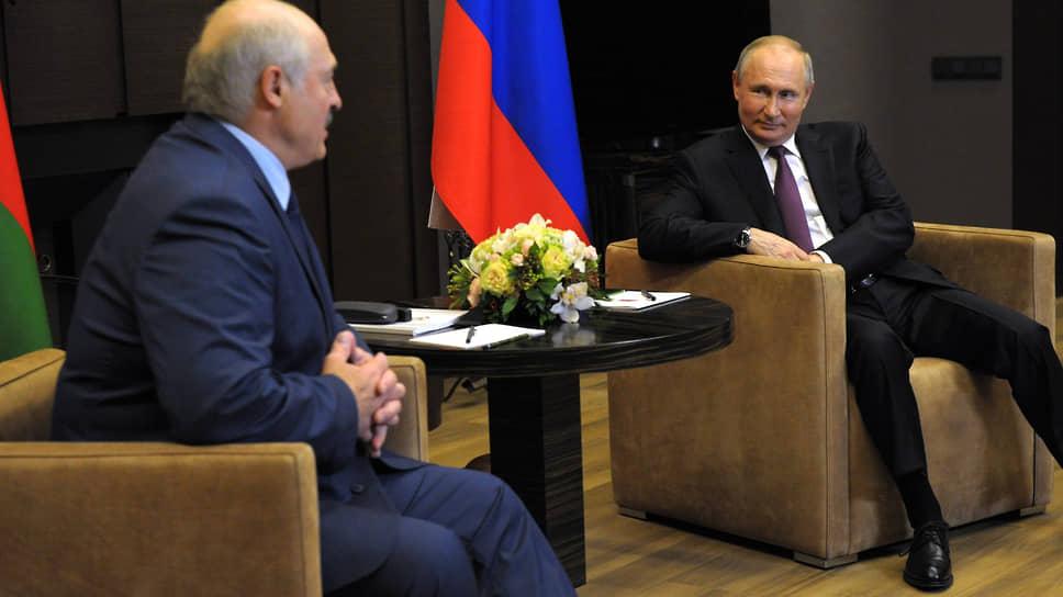 Президент Белоруссии Александр Лукашенко (слева) и президент России Владимир Путин на переговорах в Сочи 28 мая