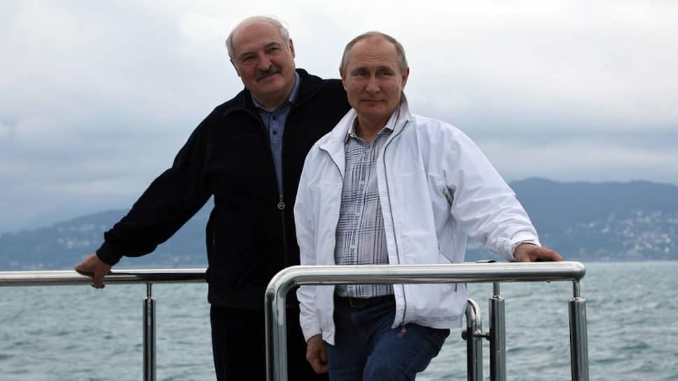 Президенты Белоруссии и России Александр Лукашенко (слева) и Владимир Путин во время морской прогулки в Сочи
