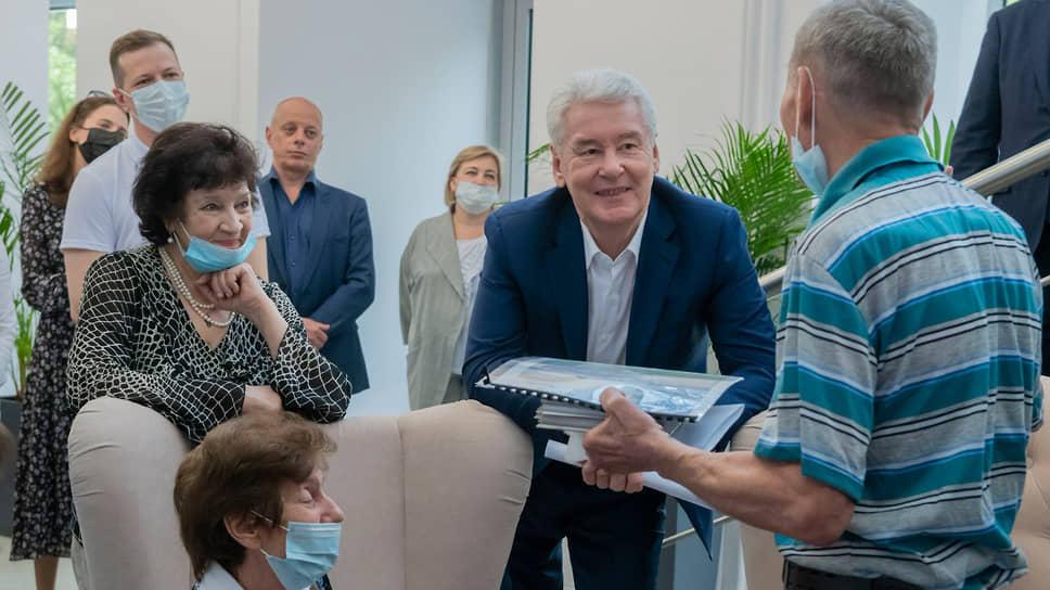 Мэр Москвы Сергей Собянин во время посещения клуба для людей старшего поколения «Мой социальный центр»