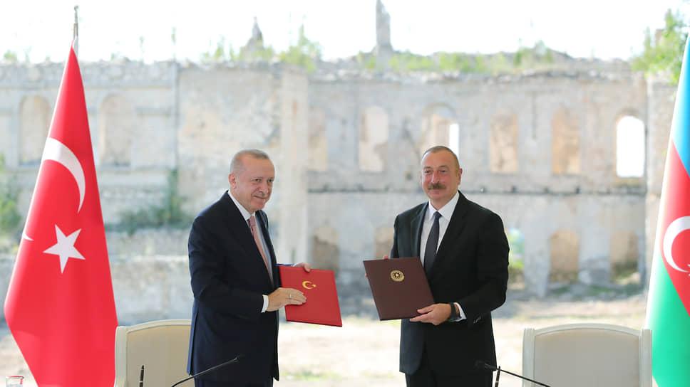 Реджеп Тайип Эрдоган (слева) и Ильхам Алиев