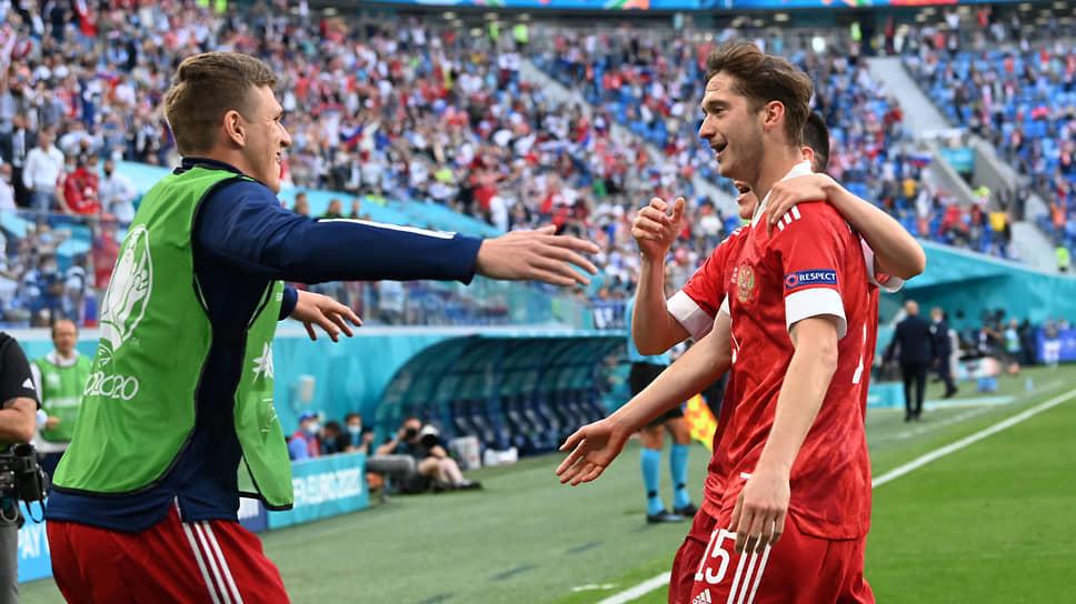 Автор единственного гола Алексей Миранчук (справа)