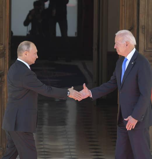 Президенты России и США Владимир Путин (слева) и Джо Байден
