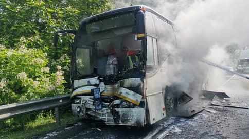 На Кубани после аварии загорелся перевозивший детей автобус