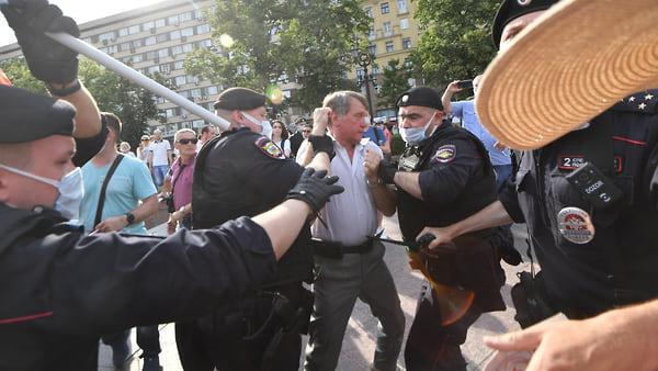 Полиция разогнала акцию против обязательной вакцинации в Москве - Новости –  Общество – Коммерсантъ
