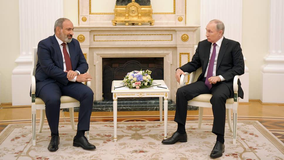 И. о. премьер-министра Армении Никол Пашинян (слева) и президент России Владимир Путин