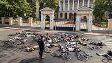 В Петербурге велосипедисты провели акцию у Смольного