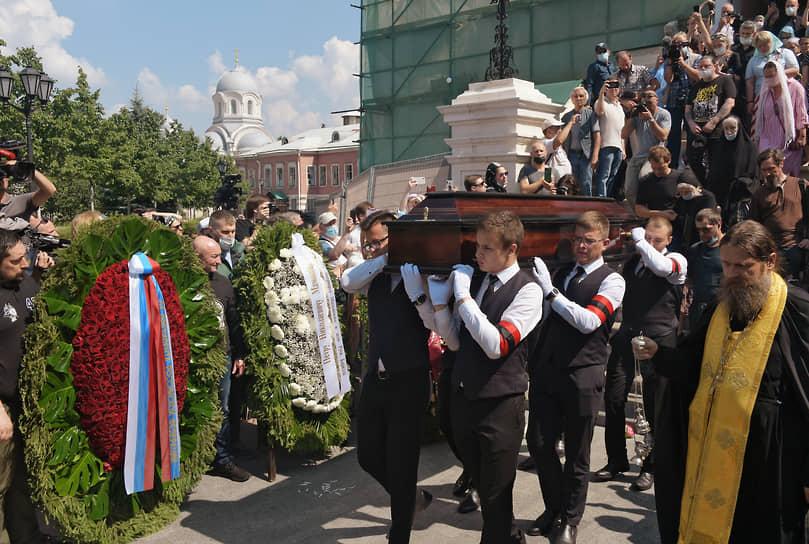 Вынос гроба с телом музыканта