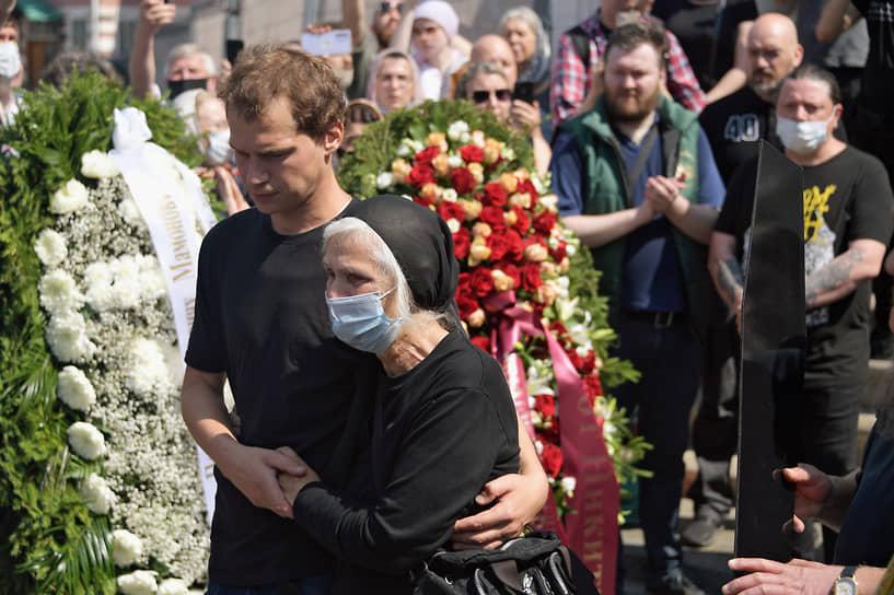 Вдова Петра Мамонова Ольга и сын Иван