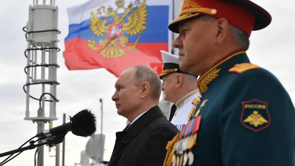 Владимир Путин (слева) и Сергей Шойгу (справа) на военно-морском параде в Санкт-Петербурге