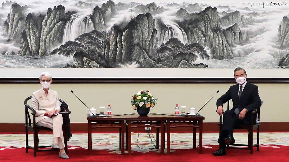 Министр иностранных дел Китая Ван И (справа) с заместителем госсекретаря США Уэнди Шерман