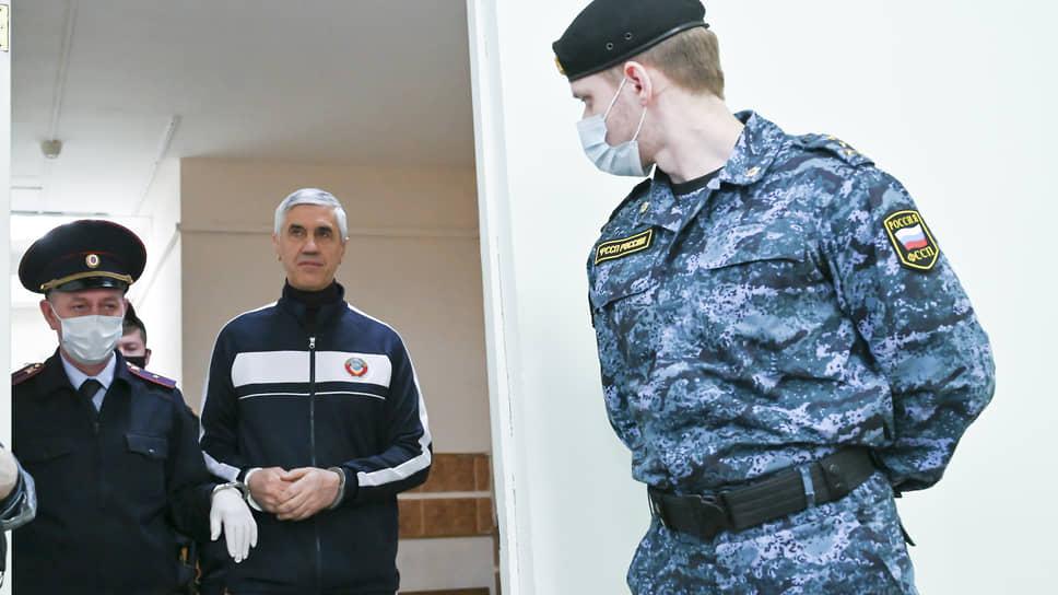 Анатолий Быков (в центре)
