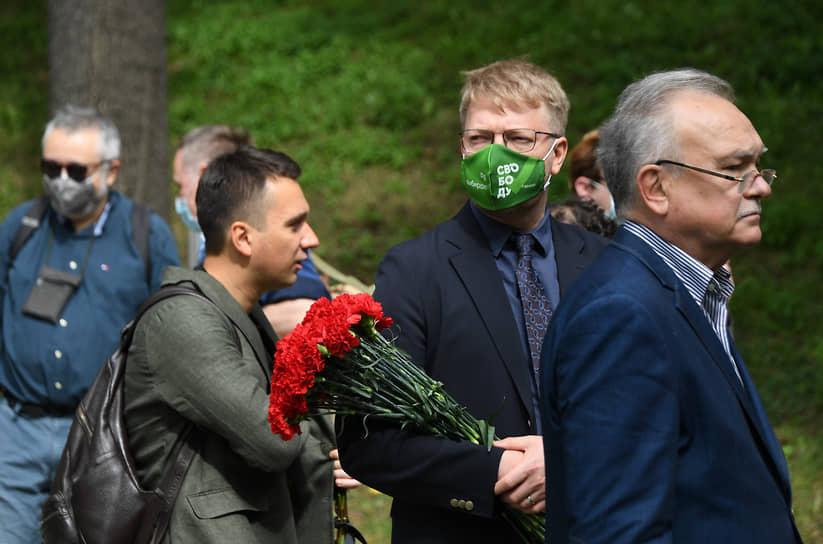 Председатель партии «Яблоко» Николай Рыбаков (второй справа) во время церемонии прощания