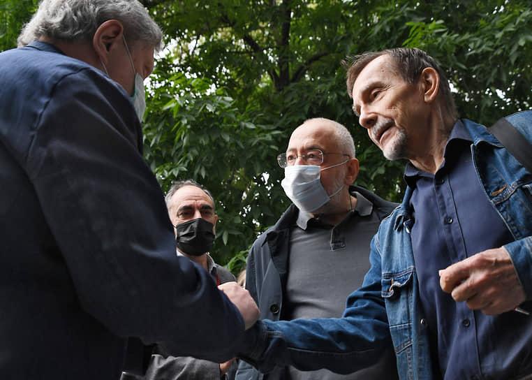 Сооснователь партии «Яблоко» Григорий Явлинский (слева), журналист Николай Сванидзе (второй справа) и лидер движения «За права человека» Лев Пономарев (Минюст признал движение и его лидера иноагентами)