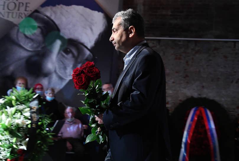 Председатель псковского регионального отделения партии «Яблоко», депутат псковского заксобрания Лев Шлосберг во время церемонии прощания