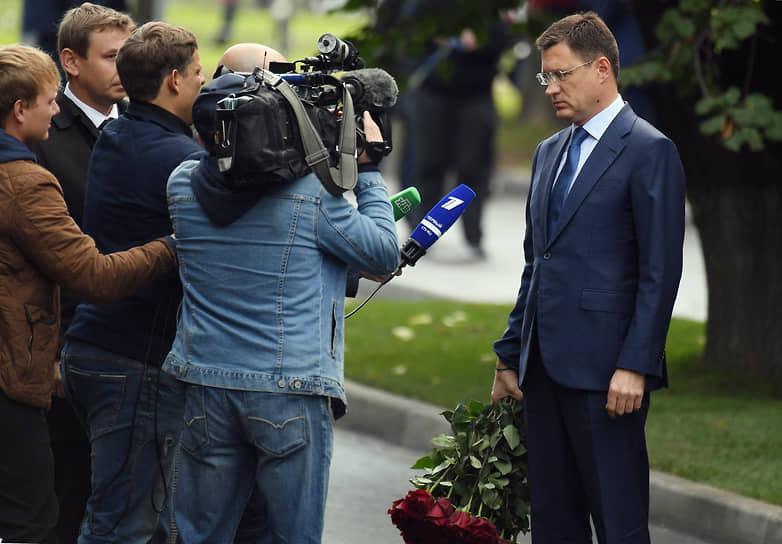Заместитель председателя правительства России Александр Новак (справа)