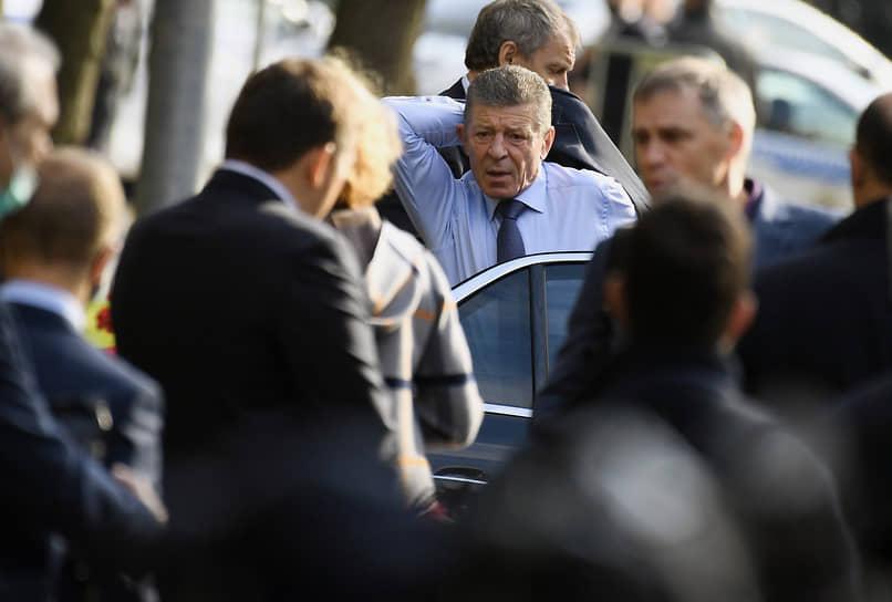 Заместитель руководителя администрации президента России Дмитрий Козак (в центре)