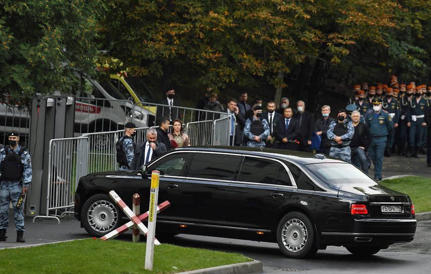 Президент России Владимир Путин простился с главой МЧС России Евгением Зиничевым <br>На фото: автомобиль из кортежа президента