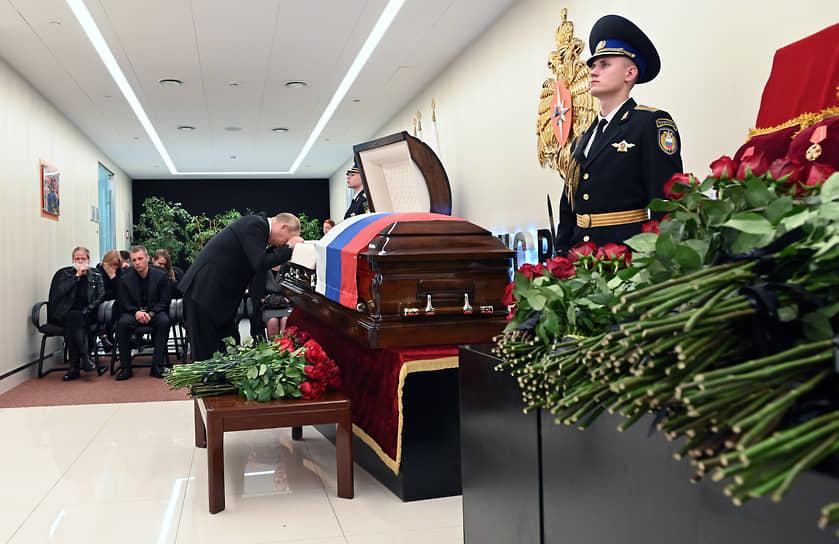 Президент России Владимир Путин у гроба