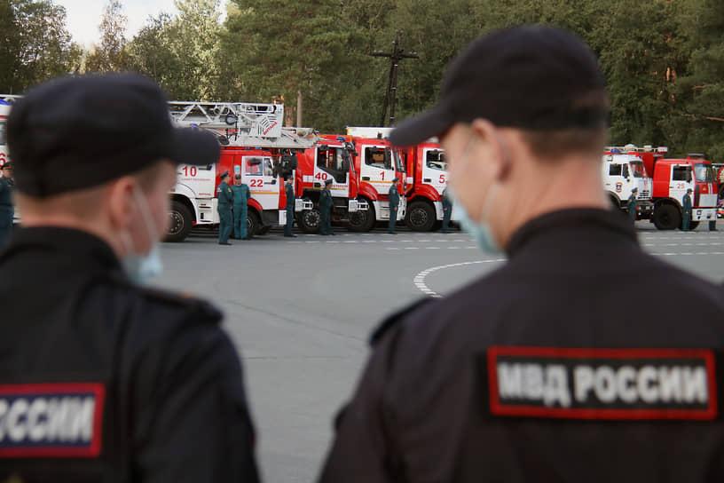 После прощания гроб с телом министра спецбортом МЧС доставили в Санкт-Петербург (на фото)