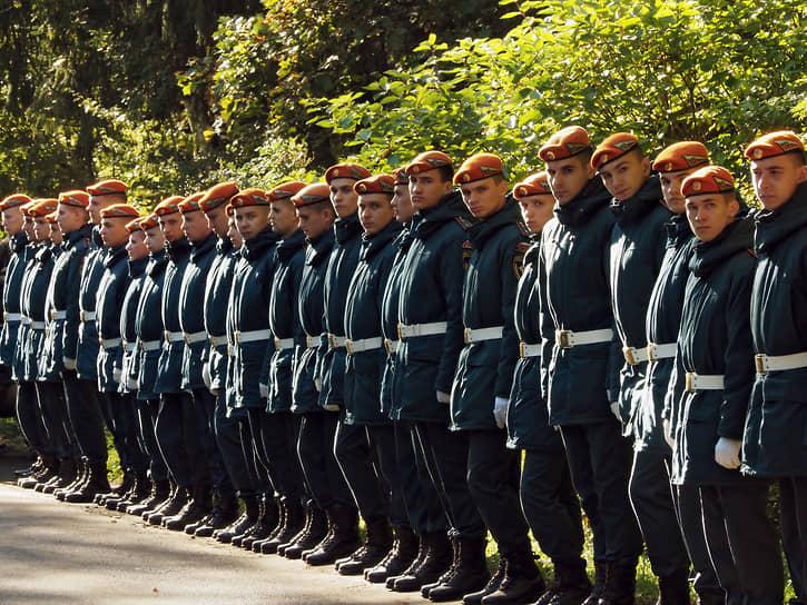 Вдоль всего пути к могиле министра по обе стороны аллеи стояли курсанты МЧС в оранжевых беретах