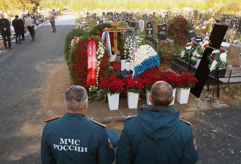 Возложение цветов на могилу во время церемонии похорон
