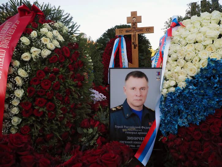 Погребение сопровождали ружейные залпы и прощальная сирена. Почетный караул пронес к могиле знамена