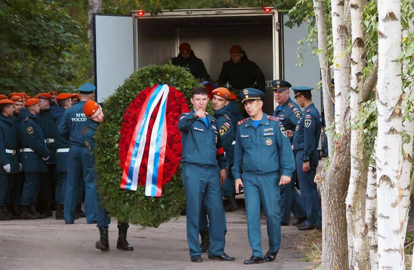 Возложение венков на могилу во время церемонии
