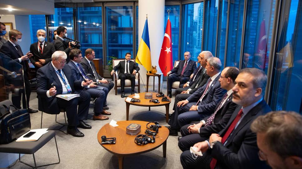 Президенты Украины и Турции Владимир Зеленский (слева в дальнем ряду) и РеджепТайип Эрдоган (справа в дальнем ряду)
