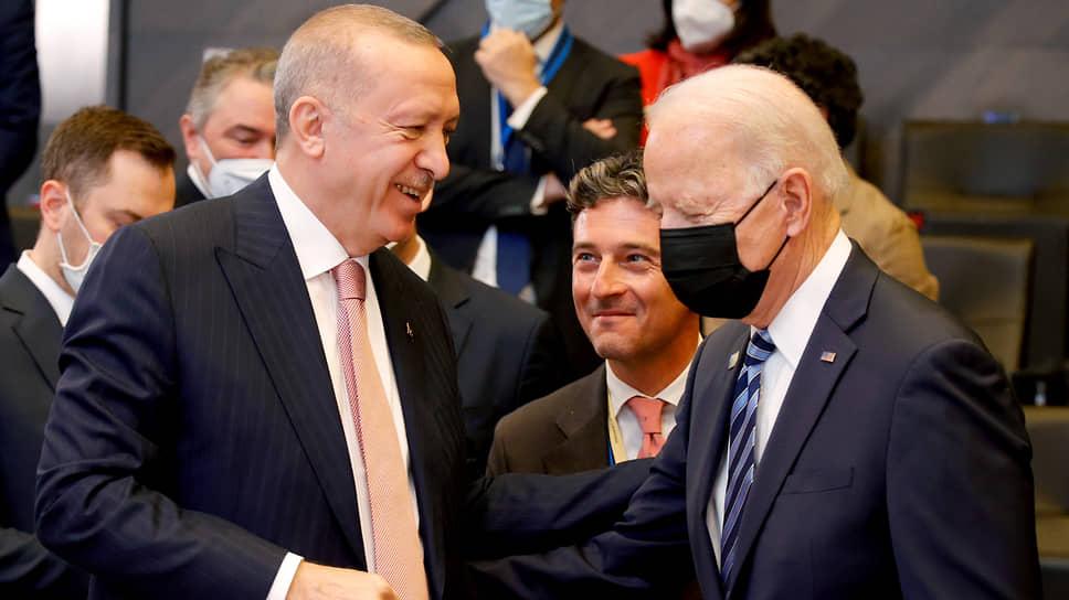Президенты Турции и США Реджеп Тайип Эрдоган (слева) и Джо Байден