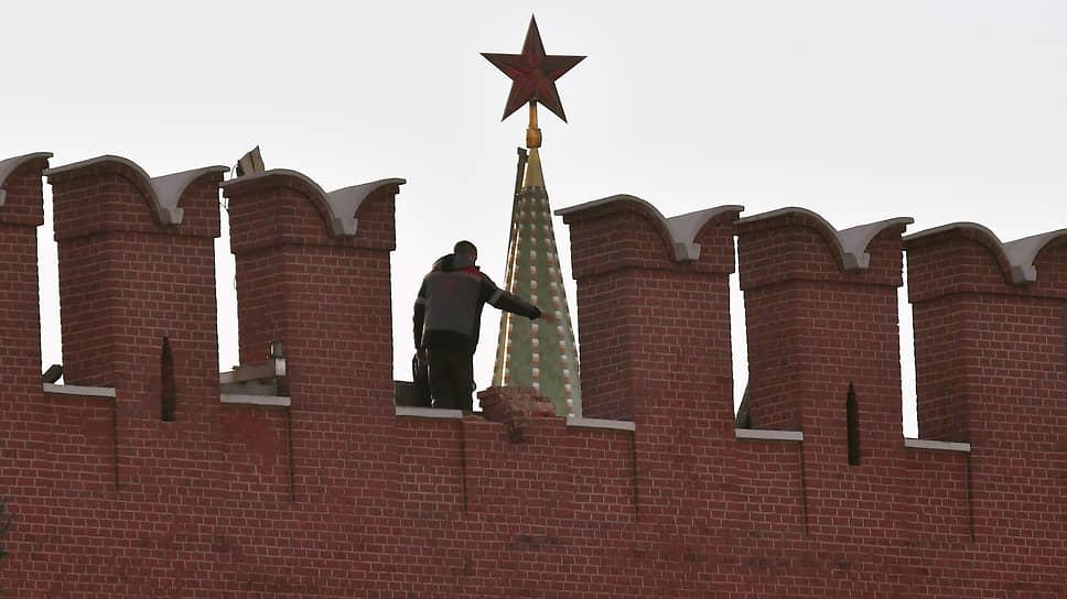 Ветер сорвал зубец со стены Кремля в Москве