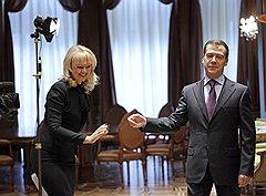 Говорят, что глава Минздравсоцразвития пользуется особым расположением первых лиц государства — президента Дмитрия Медведева и премьера Владимира Путина, что и помогает ей пробивать социальные реформы