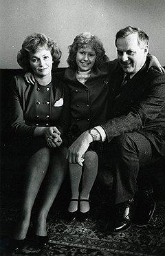 1991 год. Анатолий Собчак с семьей — дочерью Ксенией и женой Людмилой Нарусовой