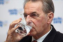 Глава Международного олимпийского комитета Жак Рогге советует спортсменам тщательно думать над тем, что они пьют