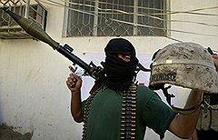 Те, кто знаком с реалиями здешней политики, вспоминают о боях 2004-го в Эн-Наджафе. На фото: один из бойцов шиитской милиции демонстрирует каску поверженного американца