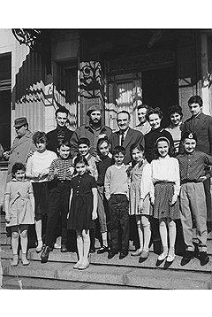 Фидель Кастро и Анастас Микоян с семьей. Стас — крайний справа в пилотке. Фото из семейного архива