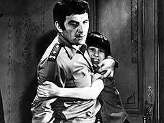 В фильме «Пусть он останется с нами» главный герой — маленький мальчик — упрашивал своего отца, начальника милиции, не убивать льва