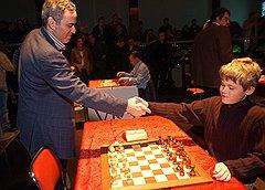 Магнус Карлсен перед матчем с Гарри Каспаровым в марте 2004 года в Рейкьявике. Несколько лет спустя Каспаров станет наставником юного норвежца, а пока — просто выиграет у него