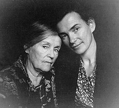 Нина и ее сестра Елена (на фото) при аресте. С мамой после лагеря, в ссылке на Колыме