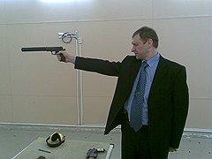 Бывший милиционер, судья Чувашов отлично владел огнестрельным оружием, у него был табельный пистолет. Но в роковое утро 12 апреля под рукой у судьи был лишь портфель с бумагами — им он и пытался прикрыться от пуль