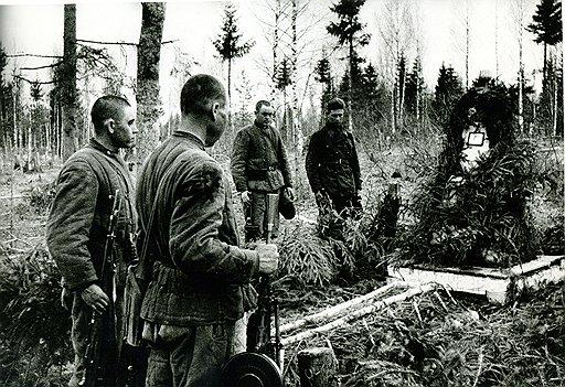 Документальное фото ВОВ 1941-1945.  Красноармейцы у могилы друга.