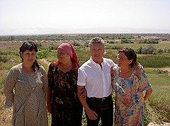 Михаэль Рэч с племянницей Барно и сестрами Мархамат и Таджигул