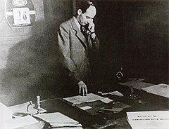 Шведский дипломат в своем офисе в Будапеште, 1944 год