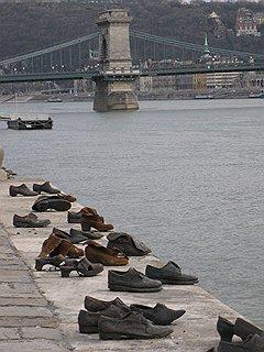 Стихийный памятник в Будапеште — люди оставляют башмаки на набережной Дуная в память о тех, кто ушел, но кого он пытался спасти