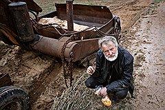 Олег Гурковский дорогу победил — отвел воду, вырыл кюветы, насыпал грунт. Прославился, короче