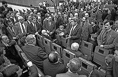 Пока народные избранники обсуждали перспективы демократизации (на фото — заседание Межрегиональной депутатской группы, текущий момент оценивает Юрий Афанасьев), чиновники в министерствах «пилили» госсобственность