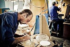 «Бахметьевская артель» официально начала работу месяц назад, но в цехе обработки уже обтачивают детали для хрустальных люстр, занимаются разметкой и огранкой ваз (на фото)