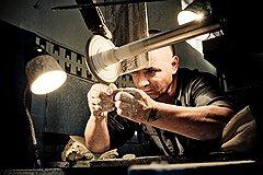 «Бахметьевская артель» официально начала работу месяц назад, но в цехе обработки уже обтачивают детали для хрустальных люстр (на фото), занимаются разметкой и огранкой ваз