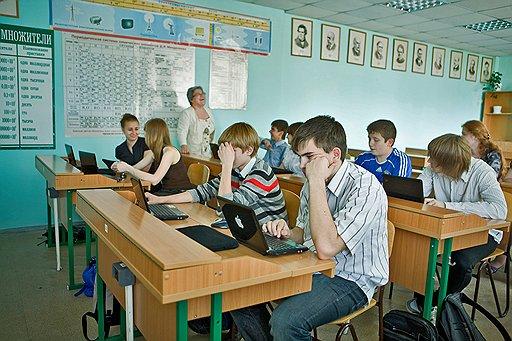 Директор школы № 29 Подольска Людмила Лифанова в классе, занимающемся по нетбукам